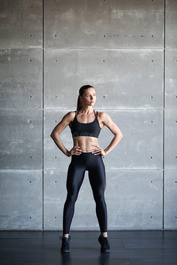 Mujer en ejercicio con ropa elegante de deporte negro fotos de archivo
