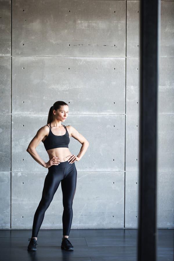 Mujer en ejercicio con ropa elegante de deporte negro fotografía de archivo