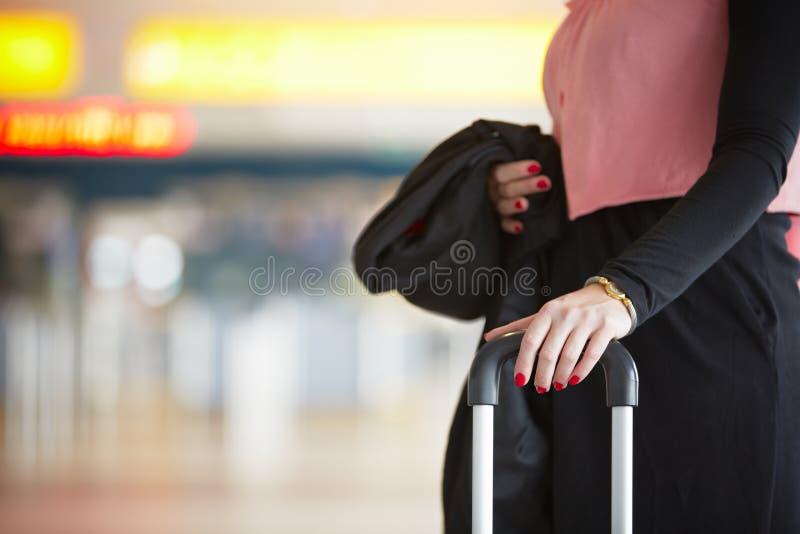 Mujer en el aeropuerto fotografía de archivo