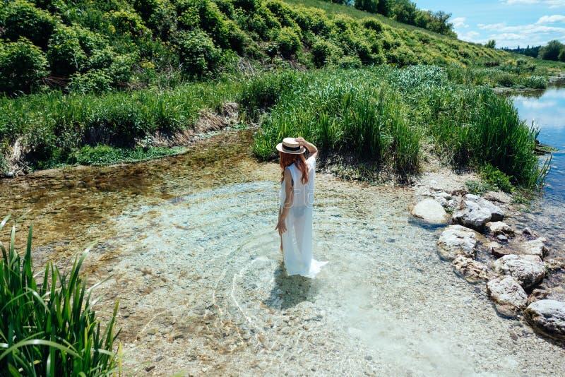 Mujer en el agua en el vestido blanco imagen de archivo libre de regalías