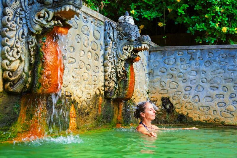 Mujer en el aire natural Panas Banjar de las aguas termales en Bali foto de archivo