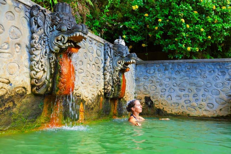 Mujer en el aire natural Panas Banjar de las aguas termales en Bali imágenes de archivo libres de regalías
