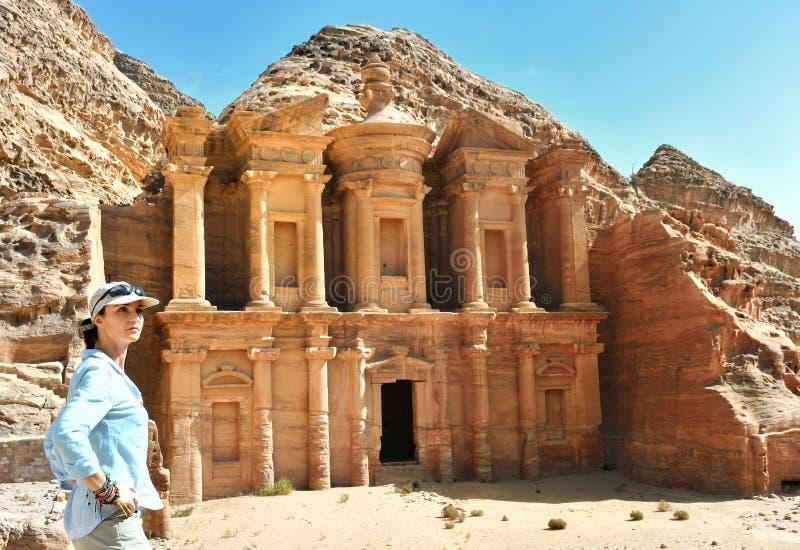 Mujer en el anuncio Deir el templo en el Petra, Jordania del monasterio imagen de archivo libre de regalías