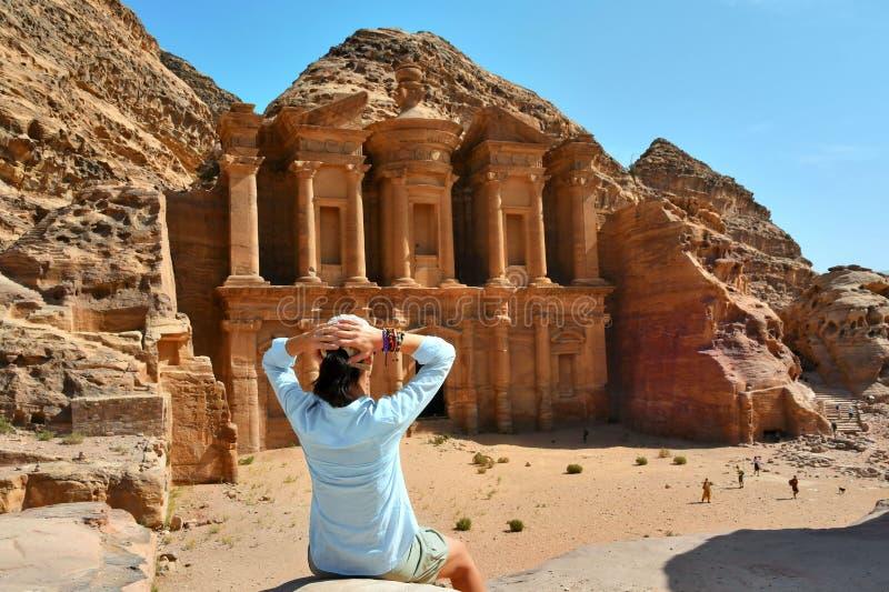 Mujer en el anuncio Deir el templo en el Petra, Jordania del monasterio foto de archivo libre de regalías