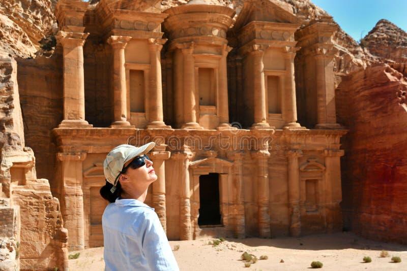 Mujer en el anuncio Deir el templo en el Petra, Jordania del monasterio imagenes de archivo