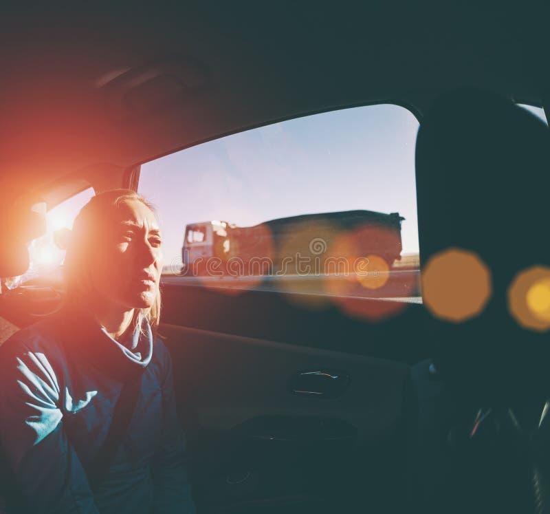 Mujer en el asiento trasero de un coche fotos de archivo libres de regalías