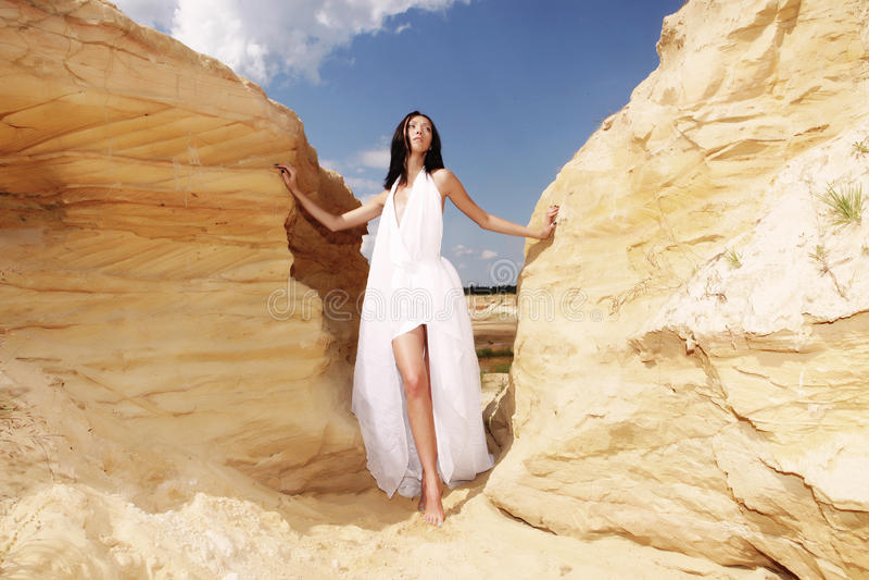 Mujer en el baile blanco del vestido en el desierto imagenes de archivo
