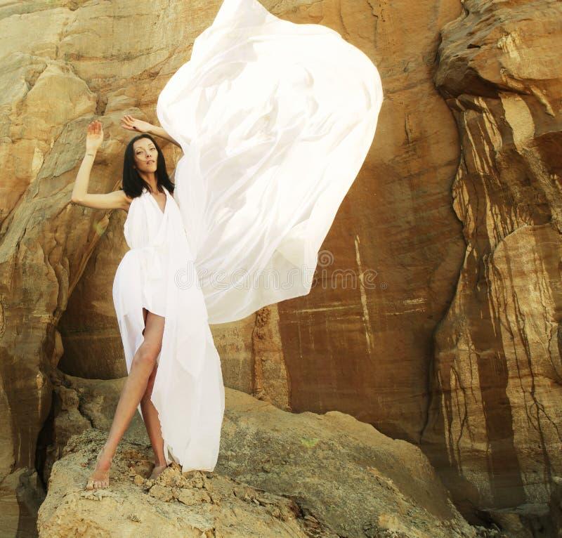 Mujer en el baile blanco del vestido en el desierto imágenes de archivo libres de regalías