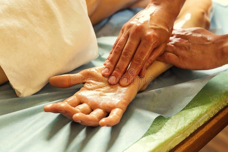 Mujer en el balneario de la belleza de la salud que tiene masaje de la terapia del aroma con e imagen de archivo libre de regalías