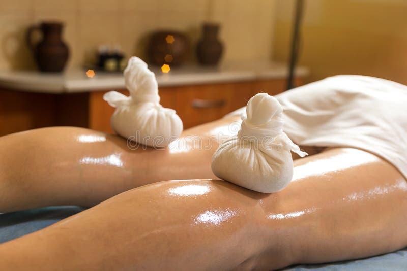 Mujer en el balneario de la belleza de la salud que tiene masaje de la terapia del aroma con e fotografía de archivo libre de regalías
