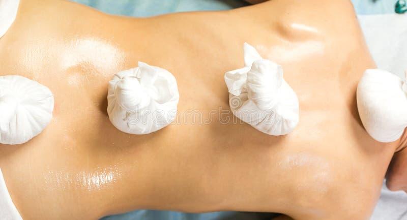 Mujer en el balneario de la belleza de la salud que tiene masaje de la terapia del aroma con e imagenes de archivo