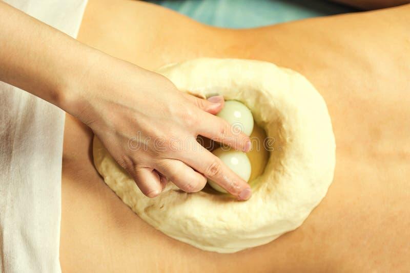 Mujer en el balneario de la salud que tiene masaje de la terapia del aroma con essentia imagenes de archivo