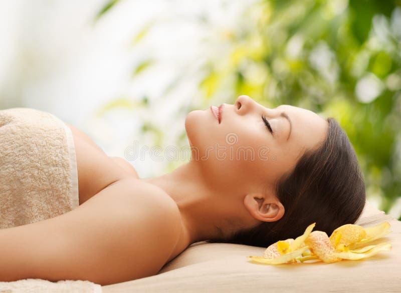Mujer en el balneario que miente en el escritorio del masaje foto de archivo libre de regalías