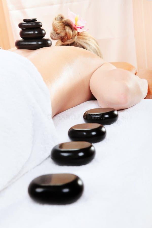 Mujer en el balneario que tiene masaje foto de archivo libre de regalías