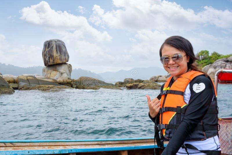 Mujer en el barco en la isla de Ko Hin Sorn en Tailandia imágenes de archivo libres de regalías