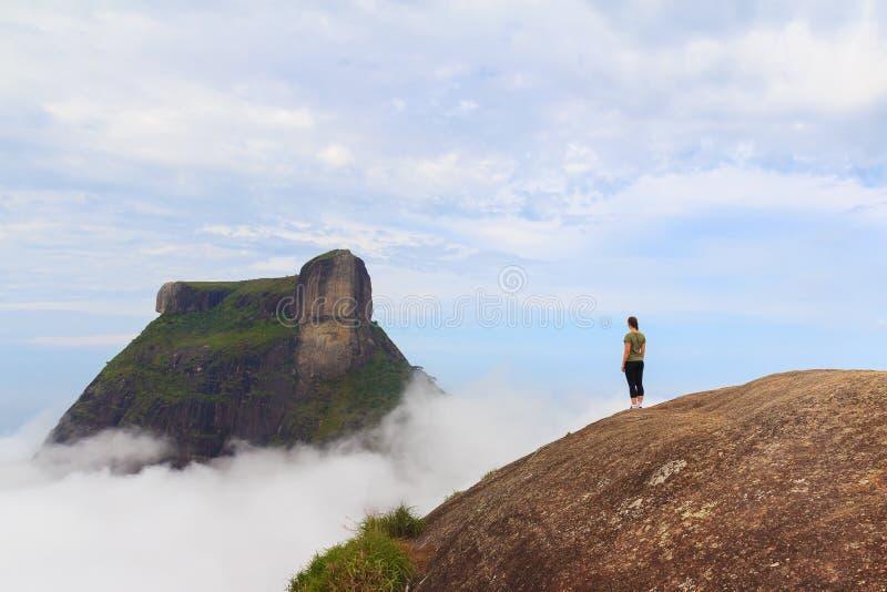 Mujer en el borde de la montaña Rio de Janeiro foto de archivo