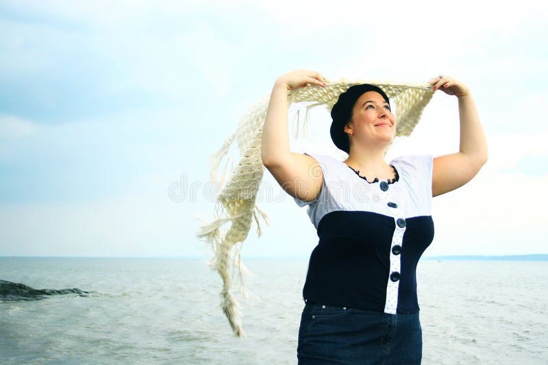Mujer en el borde del agua fotos de archivo