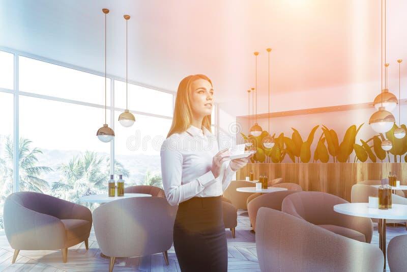 Mujer en el café blanco del estilo de la naturaleza fotografía de archivo