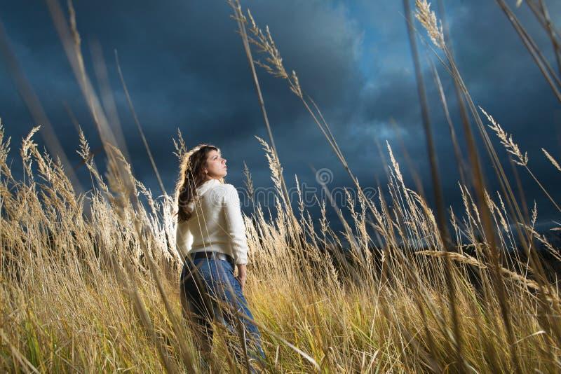 Mujer en el campo del otoño imagenes de archivo