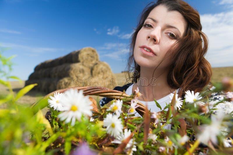 Mujer en el campo del otoño fotos de archivo libres de regalías