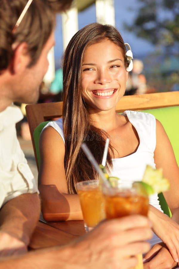 Mujer en el club de la playa que fecha y que bebe al aire libre imagen de archivo libre de regalías