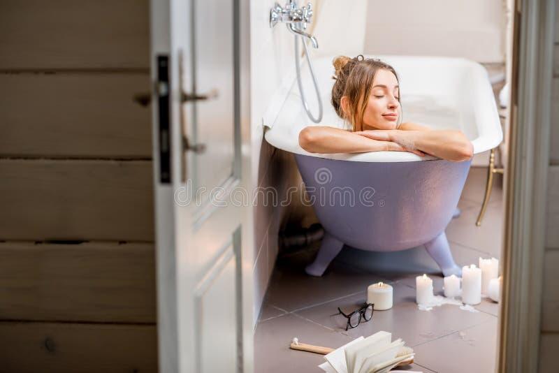 Mujer en el cuarto de baño fotografía de archivo libre de regalías