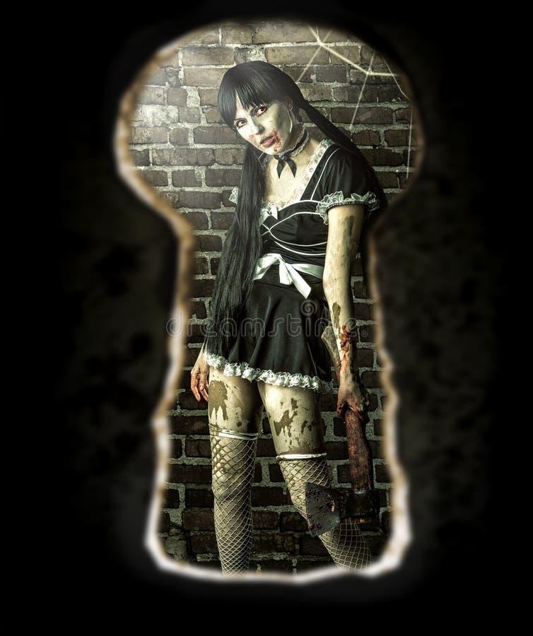 Mujer en el cuarto - vista del zombi del ojo de la cerradura de la puerta fotos de archivo