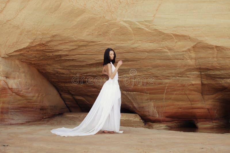 Mujer en el desierto imágenes de archivo libres de regalías