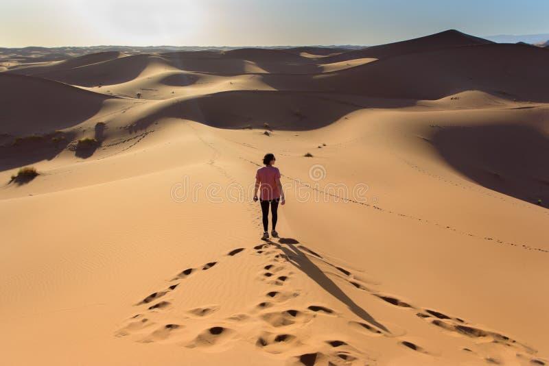 Mujer en el desierto de Sáhara en Marruecos imagen de archivo