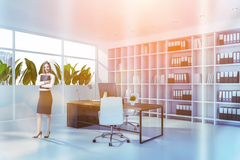 Mujer en el despacho de dirección blanco imagen de archivo