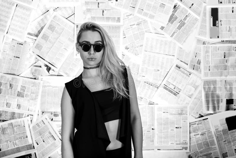 Mujer en el fondo de periódicos fotografía de archivo
