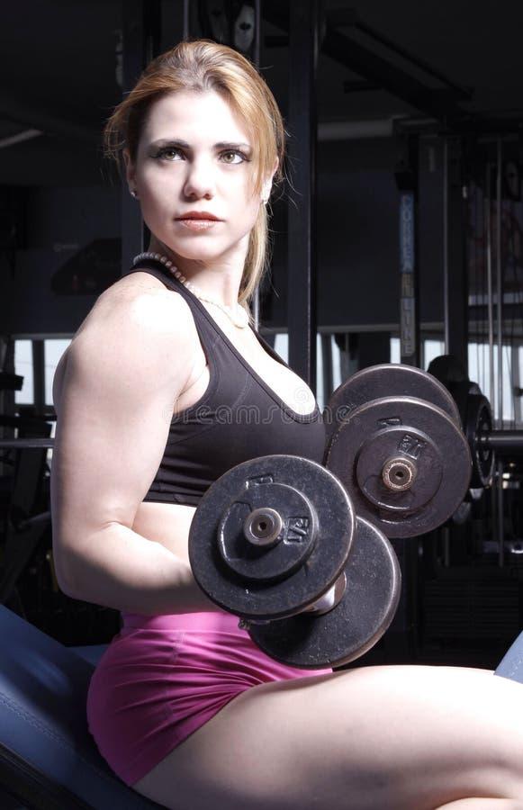 Mujer en el gimnasio imágenes de archivo libres de regalías