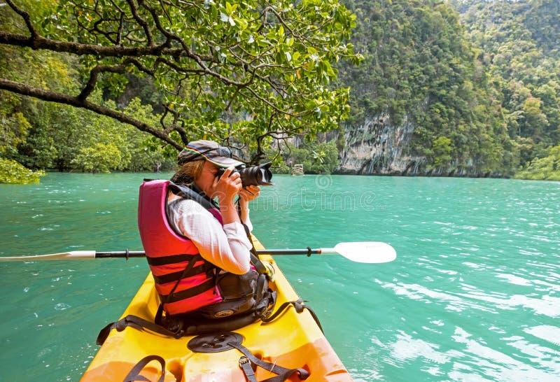 Mujer en el kajak en la laguna tropical tranquila Koh Hong imagen de archivo