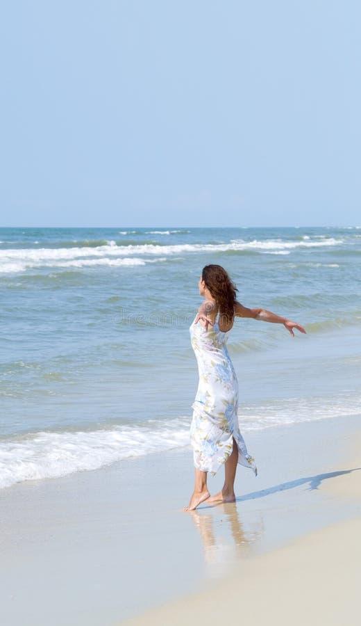 Mujer en el mar fotos de archivo