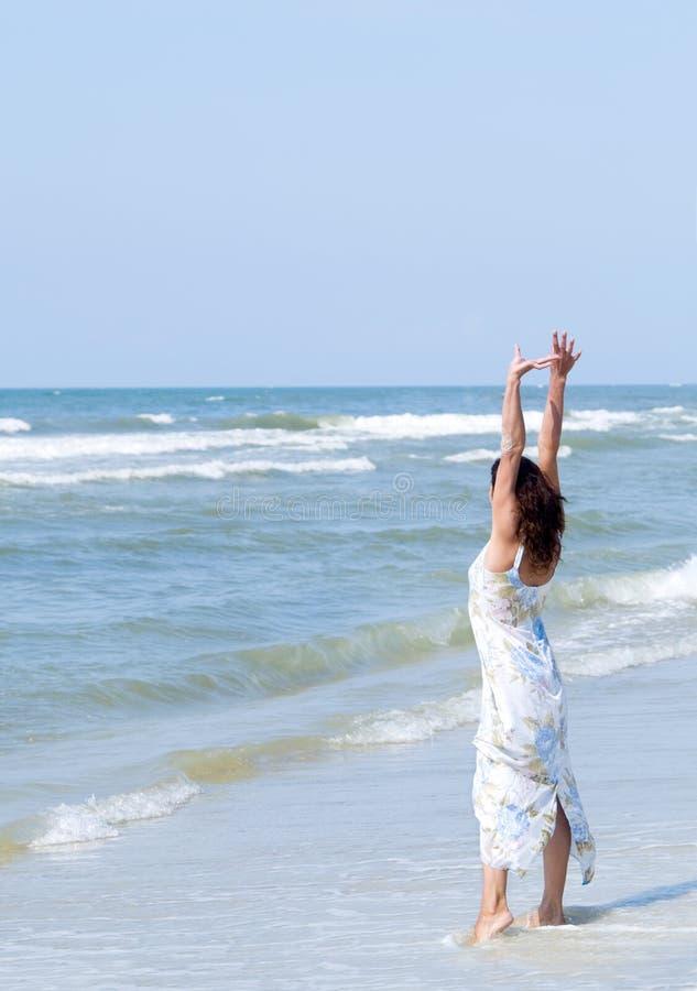 Mujer en el mar imagen de archivo libre de regalías
