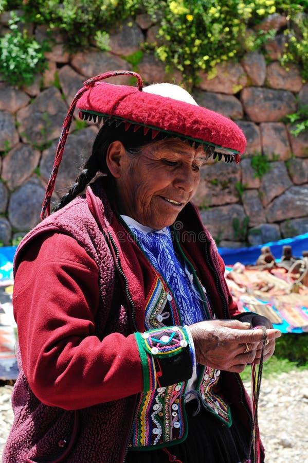 Mujer en el mercado de domingo en Pisac fotos de archivo