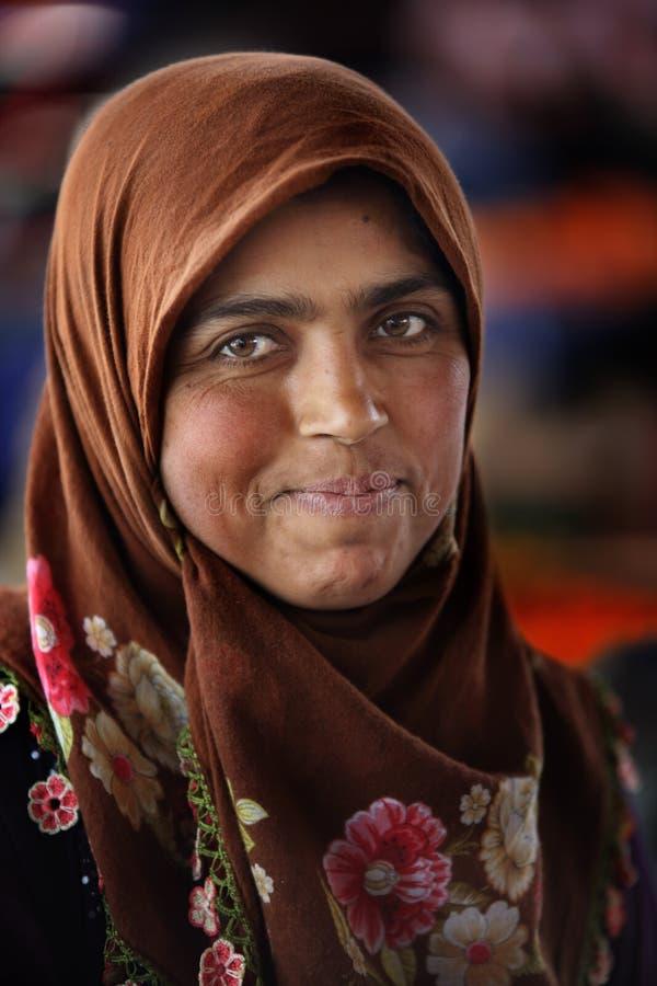 Mujer en el mercado de los granjeros fotos de archivo