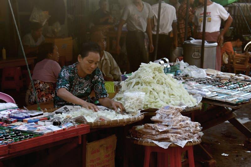 Mujer en el mercado de Zegyo arraging sus mercancías imagen de archivo