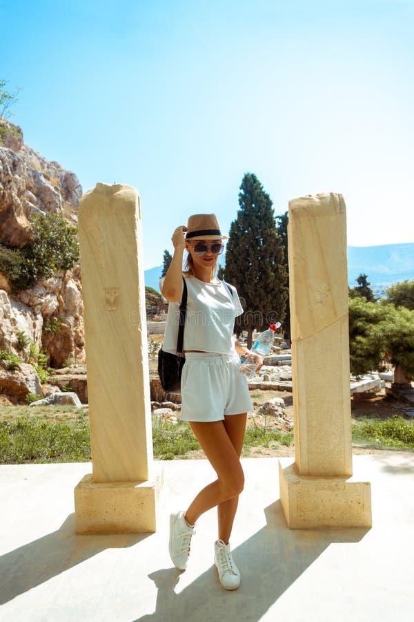 Mujer en el museo de Grecia antigua fotos de archivo libres de regalías