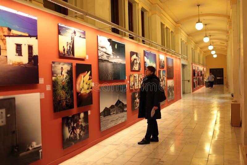Mujer en el museo del indio americano imagen de archivo libre de regalías