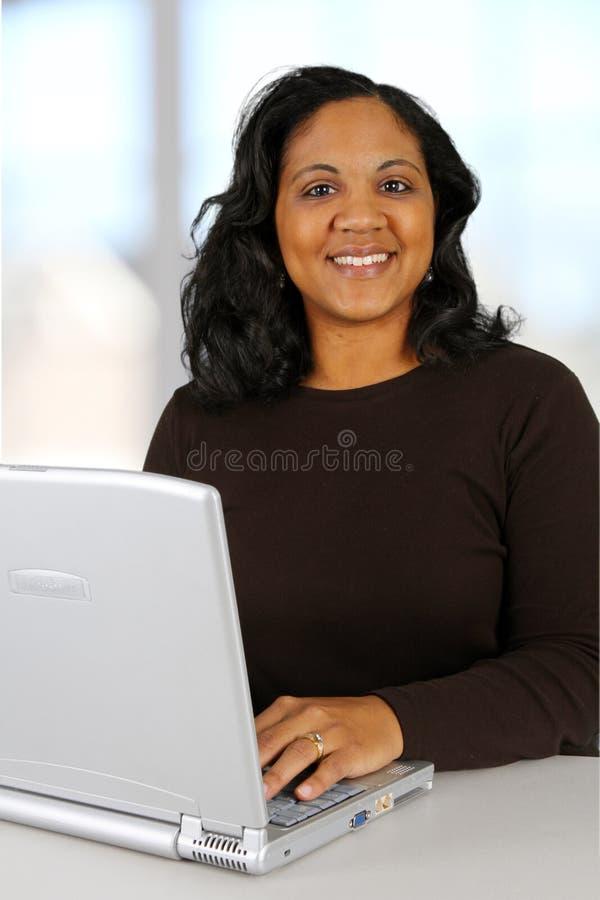 Mujer en el ordenador foto de archivo