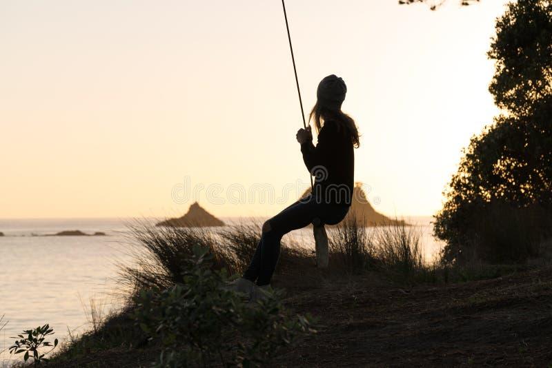 Mujer en el oscilación de la cuerda imagen de archivo libre de regalías