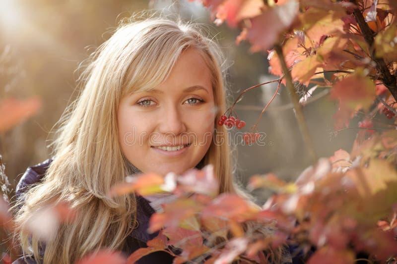 Mujer en el otoño fotografía de archivo libre de regalías