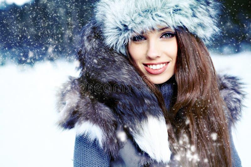 Mujer en el paisaje del invierno imágenes de archivo libres de regalías