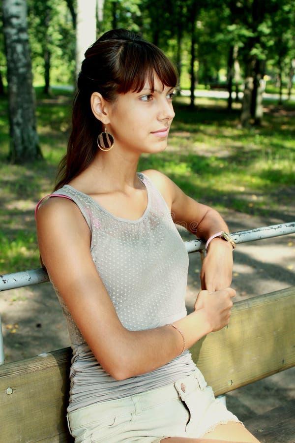 Mujer en el parque foto de archivo libre de regalías