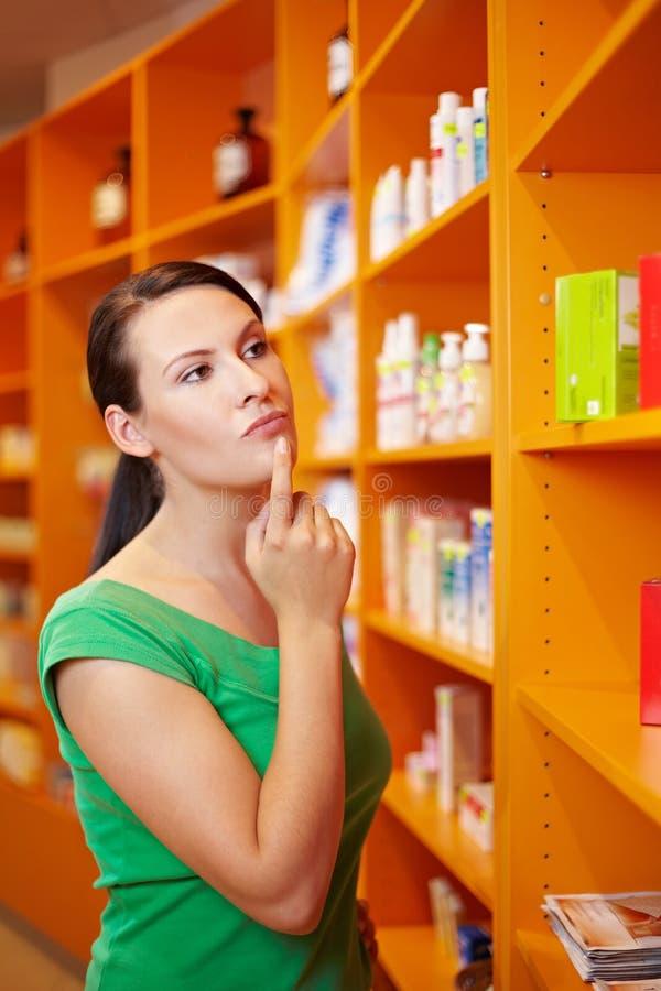Mujer en el pensamiento de la farmacia foto de archivo libre de regalías