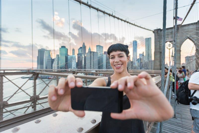 Mujer en el puente de Brooklyn imagen de archivo