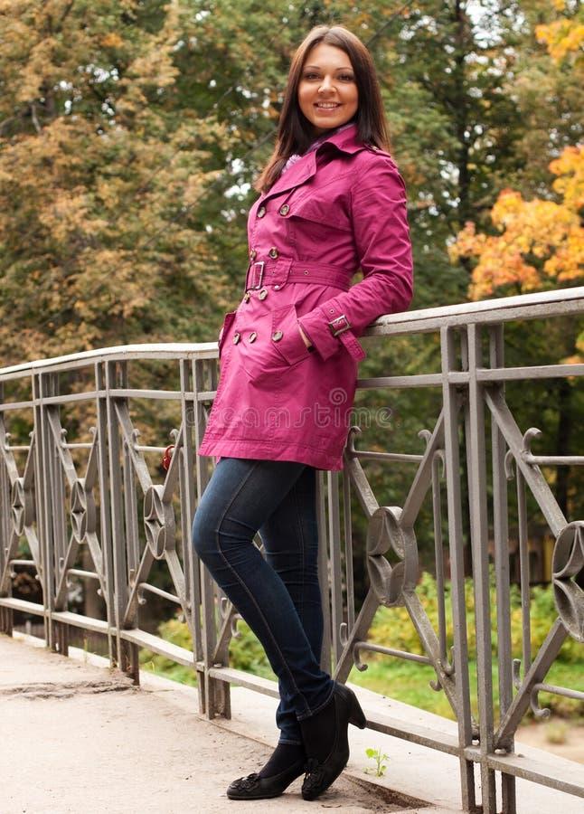 Mujer en el puente en parque del otoño fotografía de archivo libre de regalías