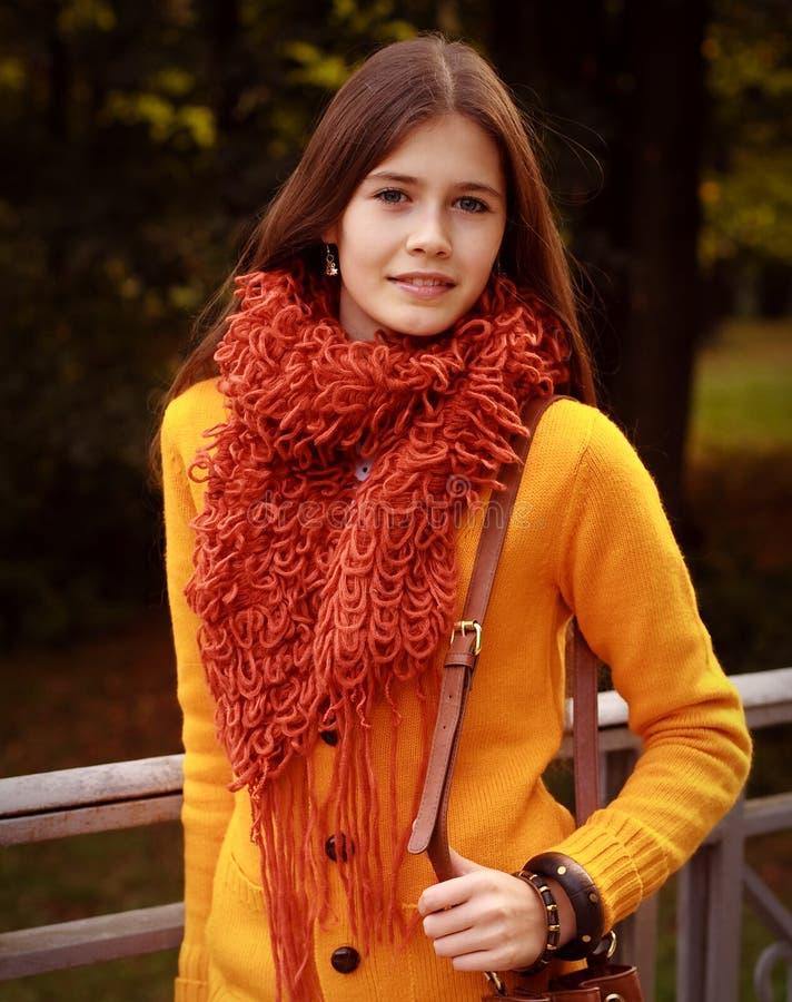 Mujer en el puente en parque del otoño fotos de archivo libres de regalías