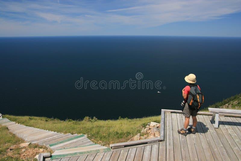 Mujer en el rastro del horizonte fotos de archivo